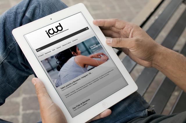 Persona viendo la web de icud en una tablet