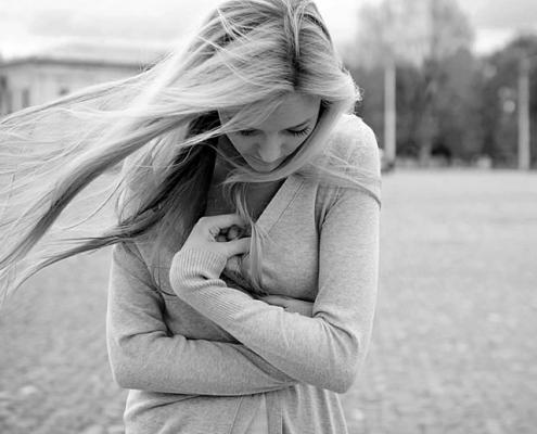 mujer abrigandose